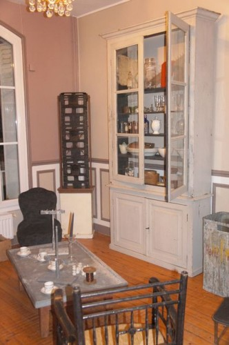 salon-esprit-brocante-buffet-repeint-table-ancienne-verrerie.jpg